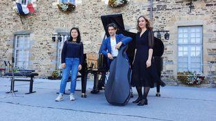 Gauthier Capuçon avec Julie Nguyen et Rachel Sintzel, deux des trois jeunes musiciennes qui assurent la première partie des concerts en Bretagne, à Châteaugiron (Ille-et-Vilaine) le 15 juillet 2021 (ANNE CHEPEAU / FRANCEINFO / RADIO FRANCE)