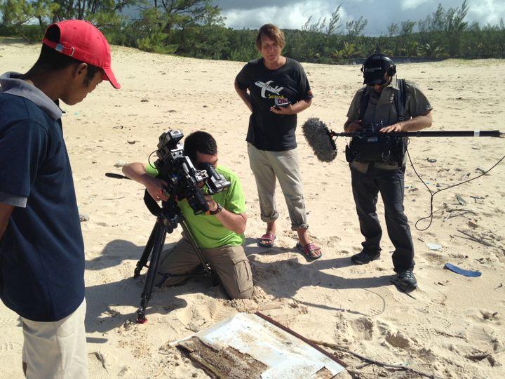 """L'équipe de tournage de """"Complément d'enquête"""" sur une plage de Madagascar, près du village deSahasifotra, lundi 6 juin 2016. (COMPLEMENT D'ENQUETE / FRANCETV INFO)"""