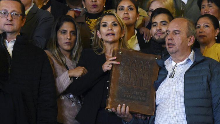 La sénatrice Jeanine Añez a prêté sermentaprès s'être proclamée présidente par intérim du pays lors d'une session du Congrès, à La Paz, le 12 novembre 2019. (AIZAR RALDES / AFP)