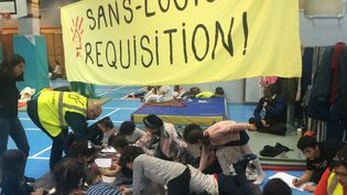 Une banderole installée par le DAL dans le gymnase Roquépine, le 3 février 2019 à Paris. (DAL)