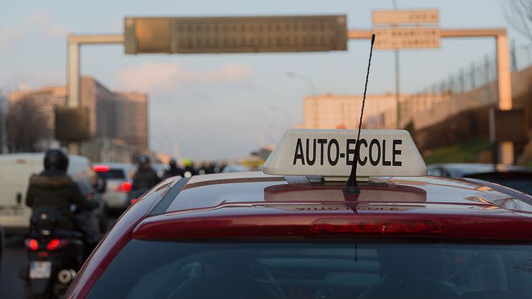 Le véhicule d'une auto-école lors d'une manifestation à Paris, le 6 février 2015. (JEAN PIERRE NGUYEN V / CROWDSPARK / AFP)