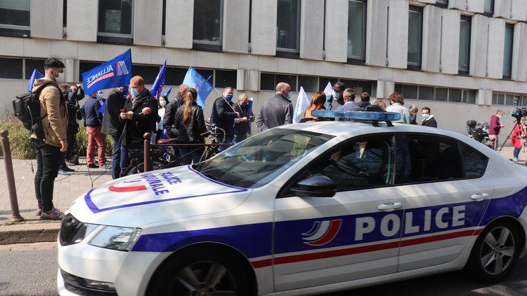 Une cinquantaine de policiers des syndicats de police Unsa etAlliance manifestent devant le palais de justice de Lille. (FRANCOIS CORTADE / RADIO FRANCE)