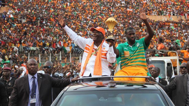 Yaya Touré avec le président ivoirien Alassane Ouatara lors du défilé après la victoire à la CAN 2015 (CYRILLE BAH / ANADOLU AGENCY)