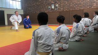 Les professeurs de judo Raphaël Blandin (en bleu) et David Wibaux (en blanc) devant leurs élèves du club de judo FLAM 91 (MARGAUX QUEFFELEC / RADIO FRANCE)