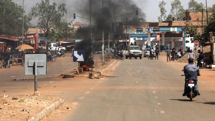 A Ouagadougou (Burkina Faso), près de l'université où Emmanuel Macron a prononcé son discours, le 28 novembre 2017. (LUDOVIC MARIN / AFP)