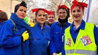 Clara et ses amies dans le cortège parisien contre la réforme des retraites, le 11 janvier 2020. (MATTHIEU MONDOLONI / FRANCEINFO)