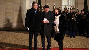 Arno, Serge et Beate Klarsfeld (de g.à d.) le 23 janvier 2019, à l'Elysée, à Paris. (LUDOVIC MARIN / AFP)