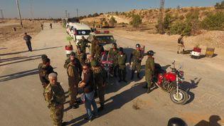 Des officiers attendent au niveau d'un des corridors humanitaires mis en place à Alep. (SPUTNIK)