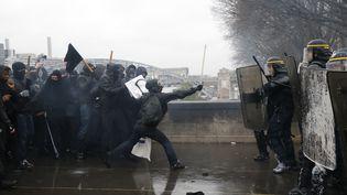 Des manifestants confrontent les forces de l'ordre pendant une manifestation contre la loi Travail à Paris, le 31 mars 2016. (THOMAS SAMSON / AFP)