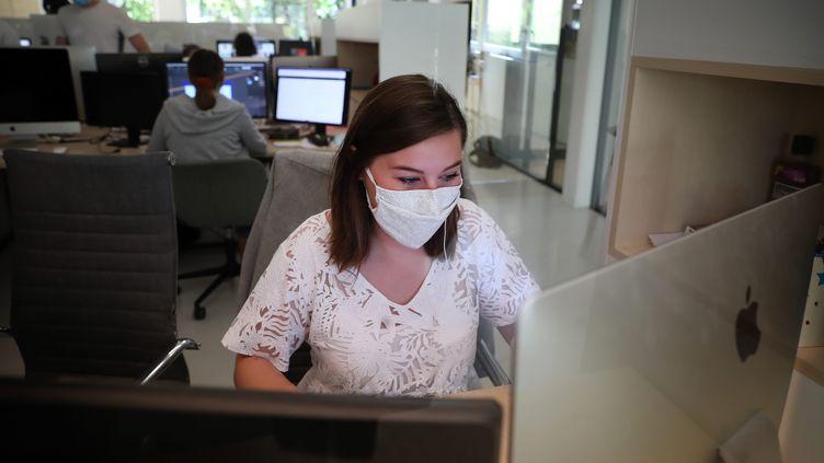 Une salariée d'un groupe de communication porte un masque au bureau, le 21 juillet 2020, à Lille (Nord). (MAXPPP)