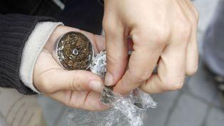 """Dealer de cannabis à Marseille, un boulot sans """"issue, sans perspectives"""" selon Ryan, 20 ans. (ANDRES STAPFF / REUTERS)"""
