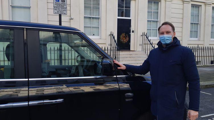 """David Rouland et son """"black cab"""" à Londres, janvier 2021 (MARIE-PIERRE VEROT / RADIO FRANCE)"""