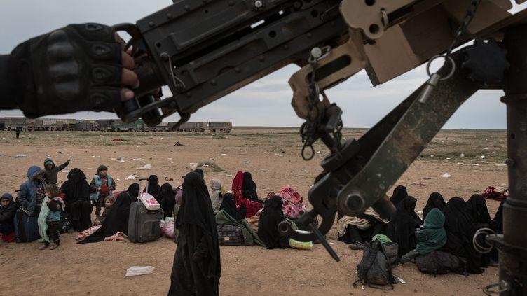 Les kurdes YPG de la coalition emmènent le 23 février des milliers de femmes et d'enfants de jihadistes sortis de Baghouz, le dernier bastion jihadiste du groupe Etat islamique en Syrie, dans des camions pour les déposer au camp de Al Hol à quelques heures de route. (CHRIS HUBY / LE PICTORIUM / MAXPPP)