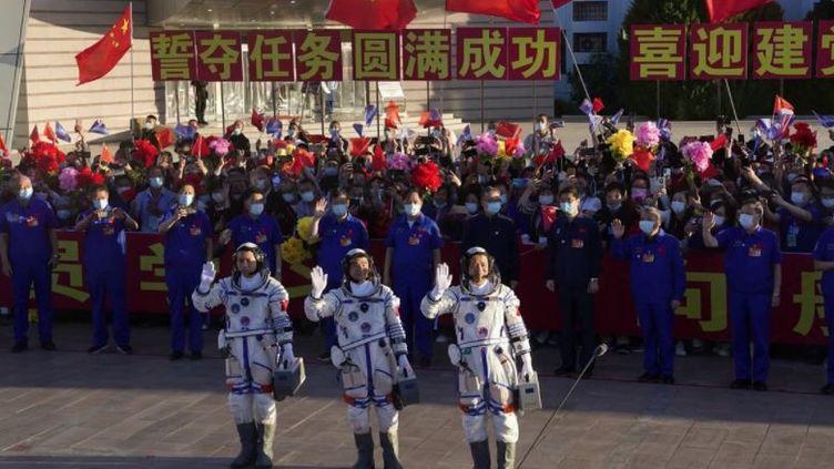Photo Hebdo : des astronautes en partance pour la première station spatiale chinoise et de plus en plus de morts du Covid en Indonésie (France 2)