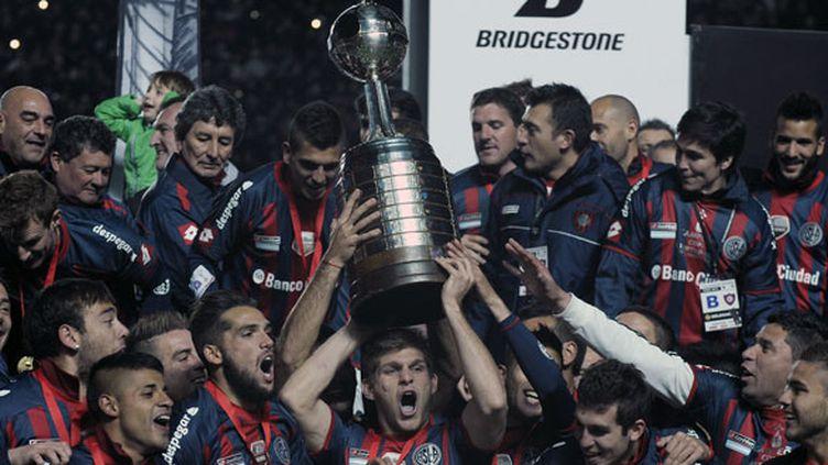 La joie des joueurs de San Lorenzo soulevant le trophée