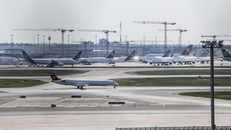 Des avions de la Lufthansa et de Staralliance à l'arrêt, à l'aéroport de Francfort, en Allemagne, le 16 mars 2020. (TORSTEN SILZ / AFP)