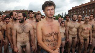 Des intermittents nus devant le Familistère de Guise (02) mardi  (PHOTOPQR/LE COURRIER PICARD)