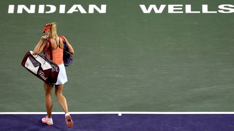 Maria Sharapova quitte le court d'Indian Wells après sa défaite face à Flavia Pennetta (MATTHEW STOCKMAN / GETTY IMAGES NORTH AMERICA)