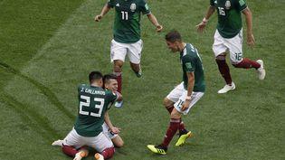 Les joueurs mexicains célèbrent le but de leur attaquant Hirving Lozano contre l'Allemagne, dimanche 17 juin à Moscou (Russie). (JAVIER GARCIA MARTINO/ MEXSPORT/ P / PHOTOSPORT / AFP)