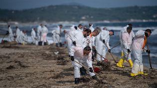 Le nettoyage de la plage de Pampelonne, à Ramatuelle (Var), le 18 octobre 2018. (CHRISTOPHE SIMON / AFP)