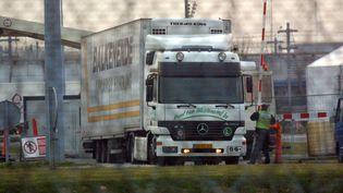 Un camion inspecté par les douaniers à Coquelle (Nord), le 10 avril 2010. (FRANCOIS LO PRESTI / AFP)