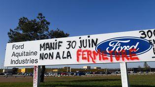 L'entrée de l'usine Ford à Blanquefort (Gironde), le 26 février 2019, taguée après une manifestation contre la fermeture du site. (MEHDI FEDOUACH / AFP)