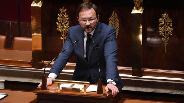 Le députéMoDemPatrick Mignola qui presente avecJean-Noël Barrotla proposition de loi pour le vote a distance, à l'Assemblée nationale, en avril 2020. (DAVID NIVIERE / AFP)