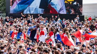Les athlètes français célèbrent avec le public la cérémonie de clôture des Jeux olympiques de Tokyo, le 8 août 2021 sur la place du Trocadéro à Paris. (ANTOINE MASSINON / A2M SPORT CONSULTING / DPPI / AFP)