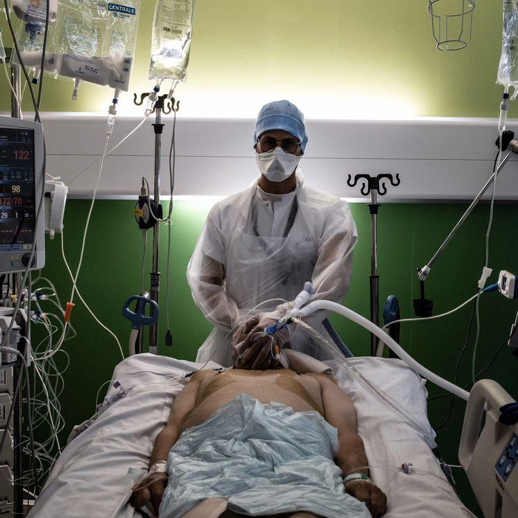 Un médecin prend soin d'un malade contaminé par le Covid-19 à l'hôpital de Lyon-Sud, à Pierre-Bénite, le 8 septembre 2021. (JEFF PACHOUD / AFP)