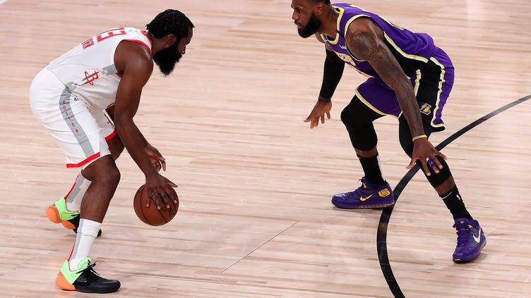 James Harden des Rockets de Houston face à LeBron James des Lakers de Los Angeles, le 4 septembre 2020, à Lake Buena Vista (Floride). (MIKE EHRMANN / GETTY IMAGES NORTH AMERICA)