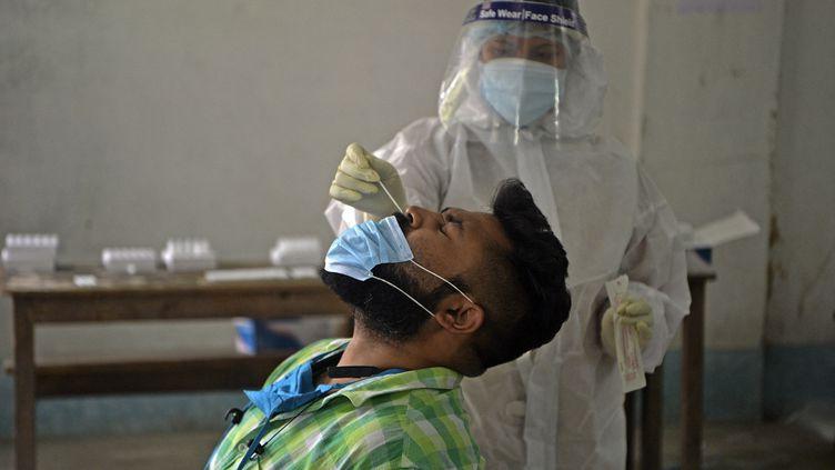 Un test au Covid-19 par prélèvement nasal, au centre de comptage du collège de Siliguri (Inde), le 30 avril 2021. (DIPTENDU DUTTA / AFP)