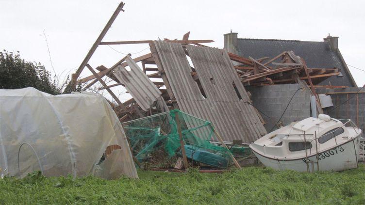 Des habitations endommagées à Sibiril (Finistère) après le passage d'une violente tornade, le 29 décembre 2017. (MAXPPP)