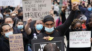Des manifestants brandissent des pancartes à New York (Etats-Unis), le 2 juin 2020. (TIMOTHY A. CLARY / AFP)