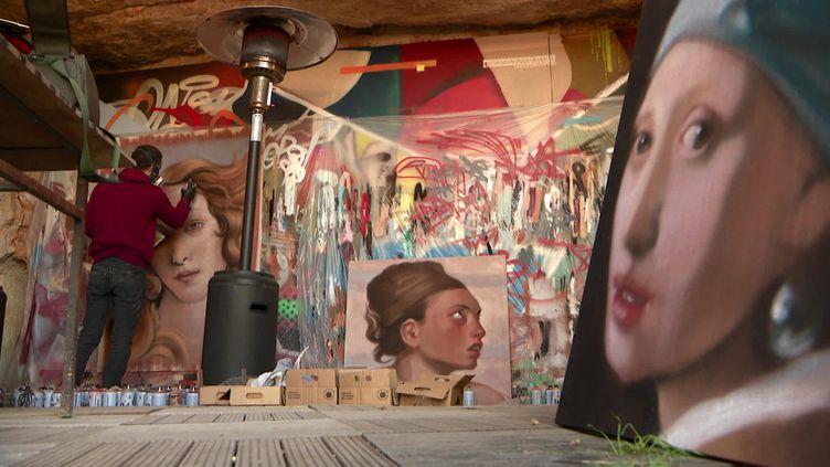 Le graffeur italien Andrea Ravo Mattoni est en résidence en Touraine. (CAPTURE D'ÉCRAN FRANCE 3 / B. BRUERE)
