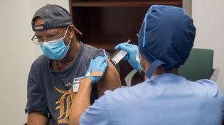 Un volontaire reçoit une injection du candidat vaccin Moderna en phase de test, le 5 août 2020, à Detroit (Michigan, Etats-Unis). (AFP)