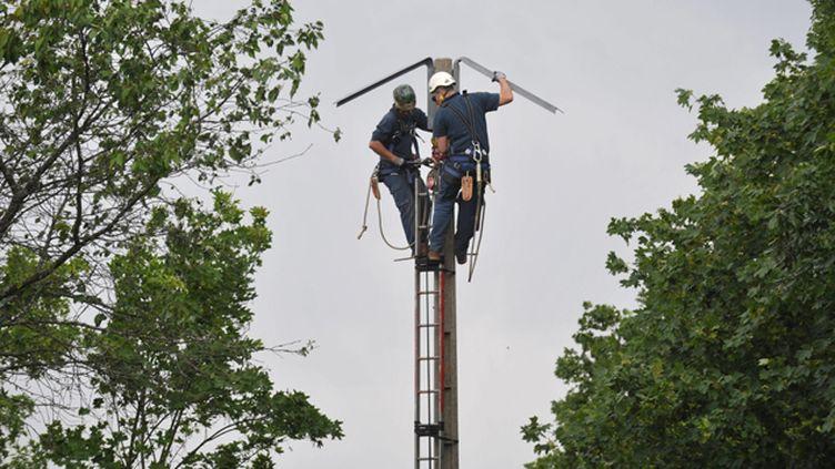 (Les équipes d'ERDF sur le pont (illustration) © MaxPPP)