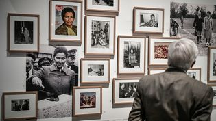 """Un visiteur regarde l'exposition """"Nous vous aimons Madame"""", consacrée à Simone Veil, le 27 mai 2021 à l'hôtel de ville de Paris. (STEPHANE DE SAKUTIN / AFP)"""