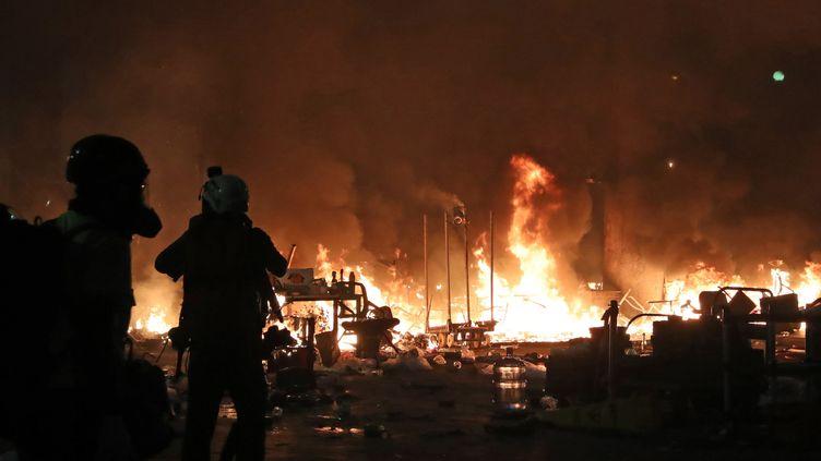 Des incendies provoqués par des manifestants sur le campus del'Université polytechnique de Hong Kong, bastion de la contestation prodémocratie, le 18 novembre 2019. (KOKI KATAOKA / YOMIURI / AFP)
