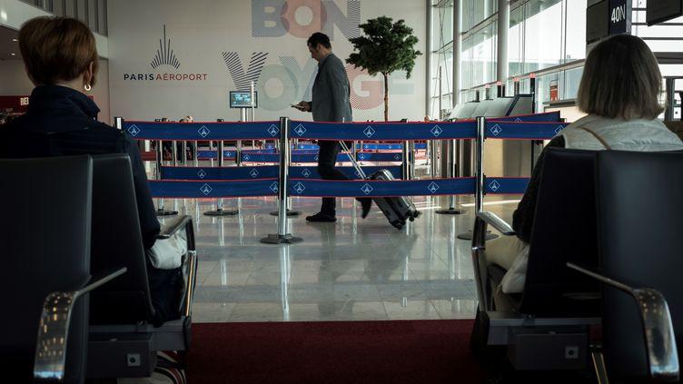 Un passager s'apprête à prendre un vol à l'aéroport parisien d'Orly, le 10 octobre 2018. (LIONEL BONAVENTURE / AFP)