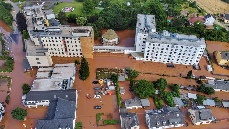 Une photo aérienne montre un hôpital pris au milieu des inondations à Trêves, en Allemagne de l'Ouest, le 15 juillet 2021. (SEBASTIAN SCHMITT / DPA)
