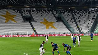 Des joueurs de la Juventus Turin et de Milan, dans le stade vide de ses supporters à Turin le 8 mars 2020. (VINCENZO PINTO / AFP)