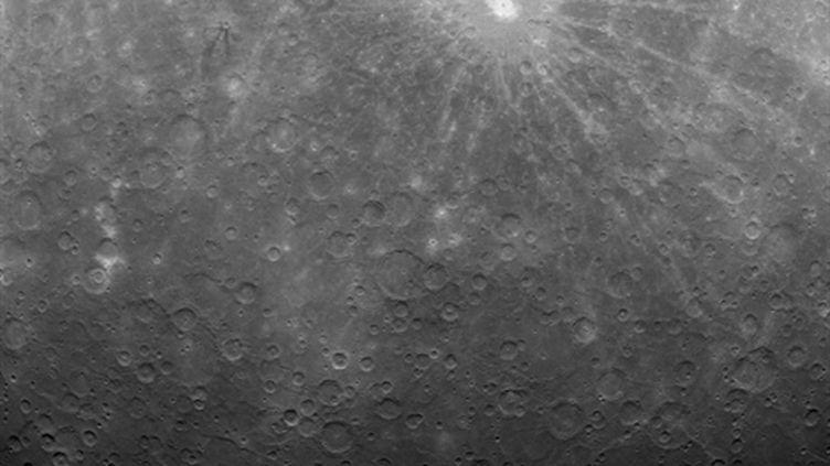 Première photo de Mercure transmise par Messenger depuis son installation en orbite autour de la planète. (AFP PHOTO / NASA / Johns Hopkins University Applied Physics Laboratory / Carnegie Institution of Washington)