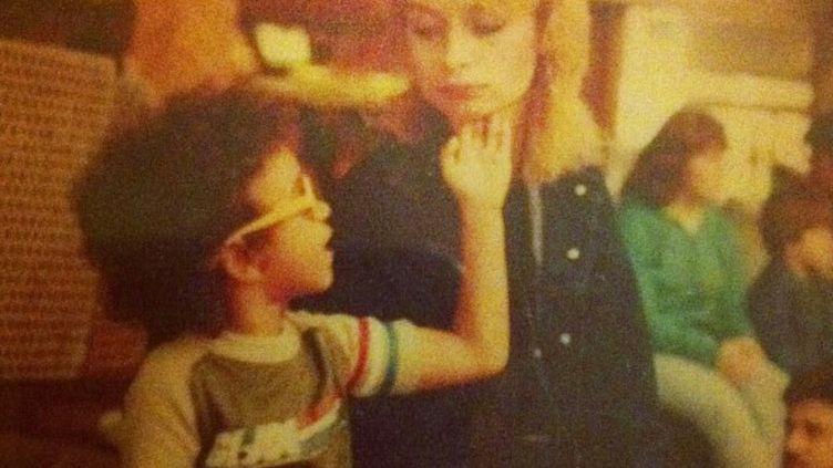 Panama Jackson lorsqu'il était enfant, avec sa mère, Dominique Theil. (PANAMA JACKSON)