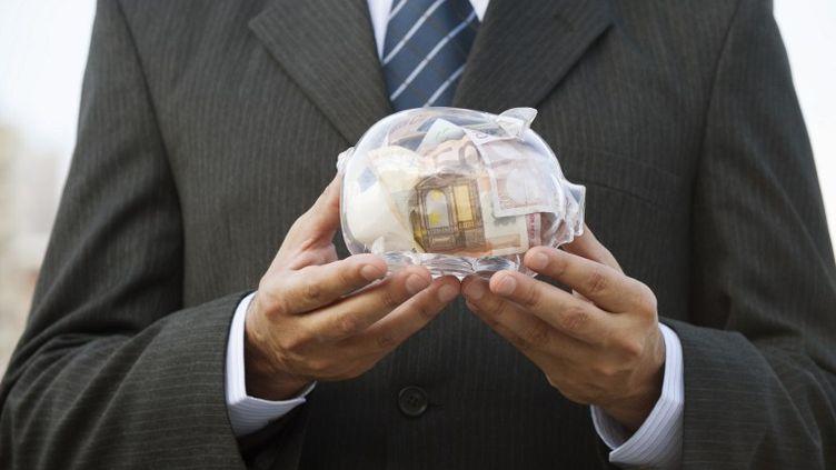 """La mesure votée mercredi 23 octobre supprime les taux dits """"historiques"""" concernant les produits de l'épargne. (ODILON DIMIER / ALTOPRESS / PHOTOALTO / AFP)"""