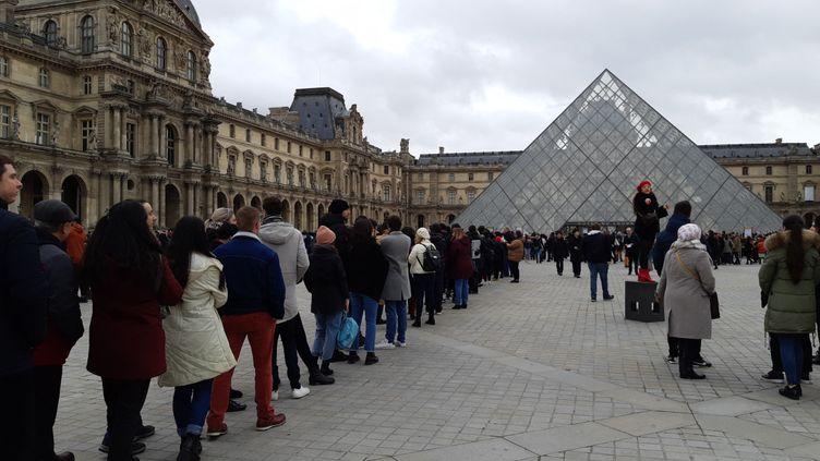 Les visiteurs ont fait la queue en vain devant le Louvre, le 1er mars 2020. Les employés ont exercé leur droit de retrait en raison de l'épidémie de coronavirus. (BENJAMIN  ILLY / RADIO FRANCE)