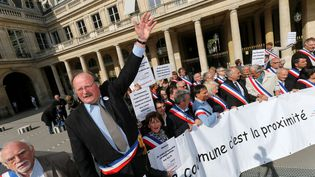 Des maires de communes rurales protestent contre la réforme territoriale le 18 avril 2015 à Paris. (MICHEL STOUPAK / CITIZENSIDE.COM / AFP)