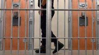 Un surveillant pénitentiaire dans le quartier de prévention de la radicalisation, à la prison de la Santé, le 12 juillet 2019. (Photo d'illustration) (DOMINIQUE FAGET / AFP)