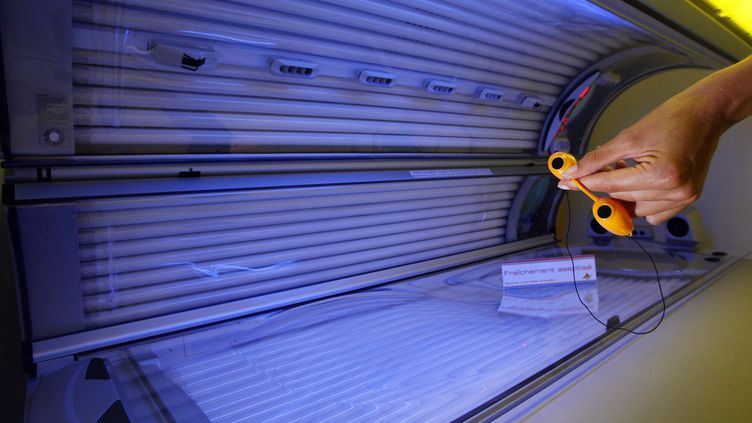 """Dans un précédent avis en 2014, l'Anses recommandait déjà""""la cessation à terme de tout usage commercial du bronzage par UV artificiels"""". (THOMAS COEX / AFP)"""
