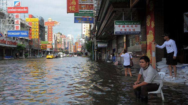 Le quartier de Chinatown inondé, le 28 octobre 2011, à Bangkok en (Thaïlande) (TANG CHHIN SOTHY / AFP)