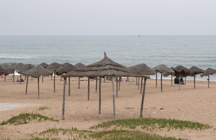 Une plage de la banlieue de Tunis déserte le 16 mai 2020. Le tourisme tunisien subit de plein fouet l'épidémie du coronavirus. (FETHI BELAID / AFP)